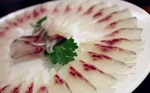 淡水鱼很容易感染肝吸虫的幼虫,当人吃进含有幼虫的
