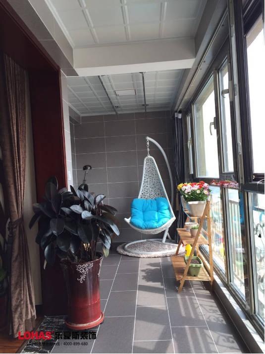 阳台采用嵌入式的洗衣机的设计,节省空间,方便又实用.图片
