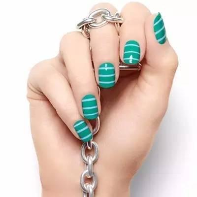 手黑的mm 格子美甲 格子图案美甲,白色和绿色的搭配,形成了格子空白图片