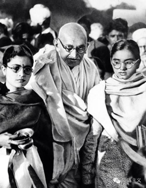 印度国父甘地罕见老照片,长期与裸女洗澡同睡