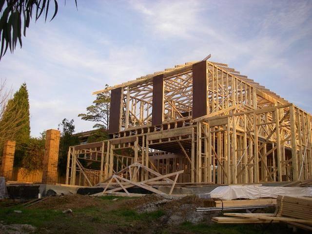 建房子首先要有地方,做基础,上下水,哪种结构形式,哪个国家,哪种体系