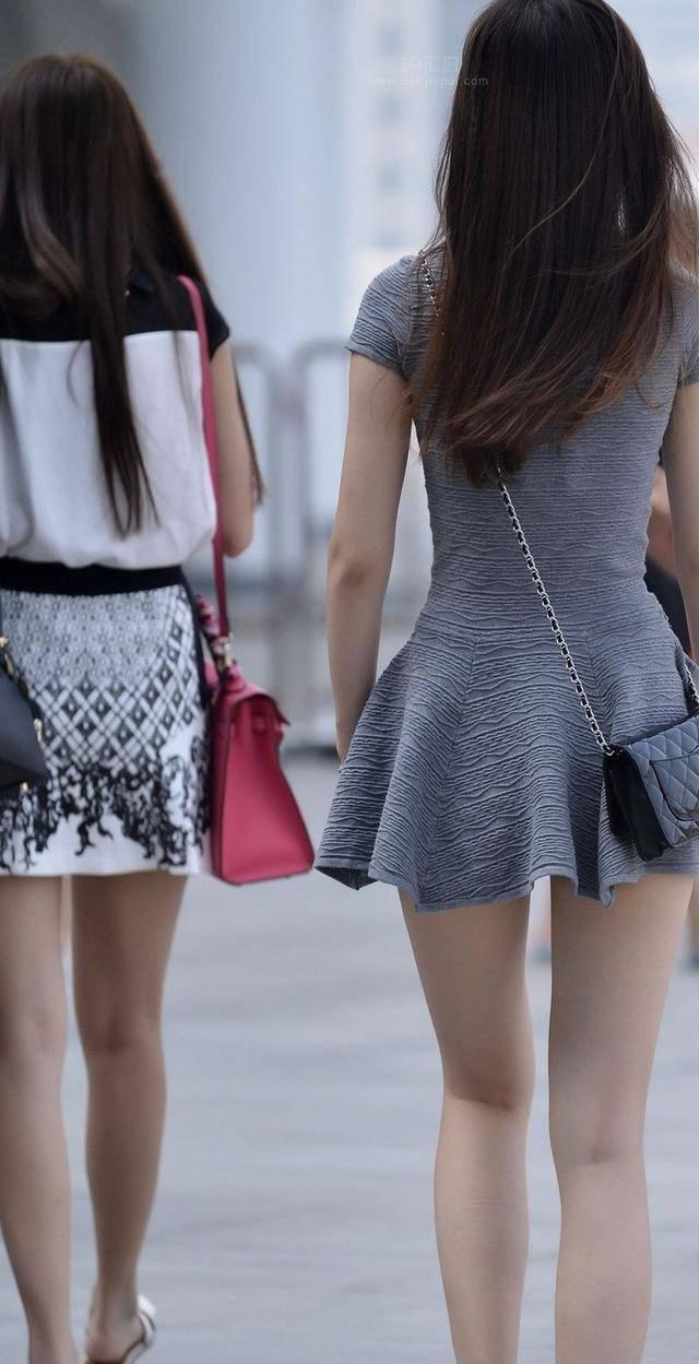 街头穿着超短裙的时尚美女,男人们眼睛都看直了!