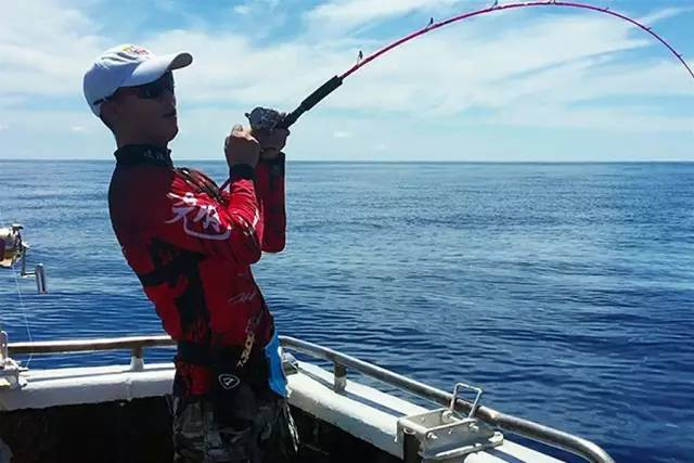 不用鱼饵就能引诱鱼上钩!路亚海钓高手教你图片