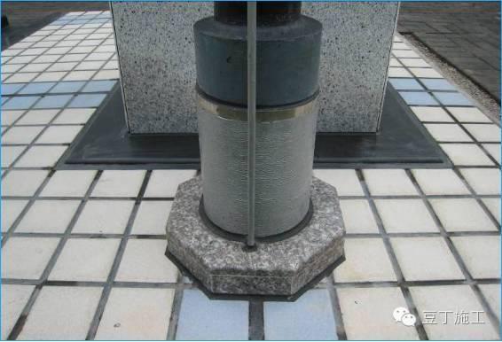 精品工程的屋面工程须是亮点所在,注重对防水层的细部质量、防水效果、屋面整体版排策划、屋面砖的铺设、天沟、避雷带、四根(管根、女儿墙根、变形缝根、上人口根),五口(排气口、出气口、排水口、檐口、上人口)等的精细处理。  广场砖面层样板屋面  混凝土面层屋面样板