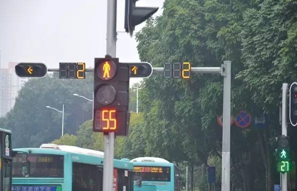 为其他方向信号灯转为绿灯状态是,机动车仍在滞留在路口内,影响其他
