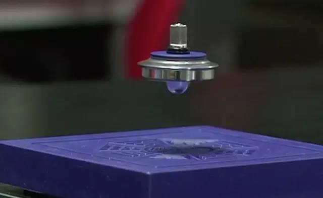 大概跟这个陀螺差不多,依靠磁铁同性相斥,悬浮半空中,但是人的重量比