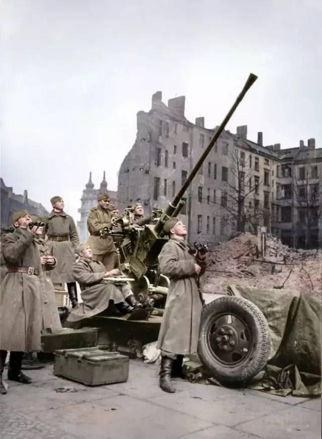 1945年,柏林,苏联1939式(61-k)37mm高射炮正在对空警戒.
