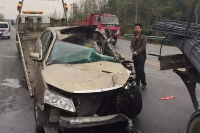 车祸现场图流出,现场照片显示,一辆金色私家轿车追尾了一辆货车,恐怖