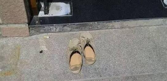 农民工脱鞋跪地进银行取钱,这一幕让人心疼得想哭