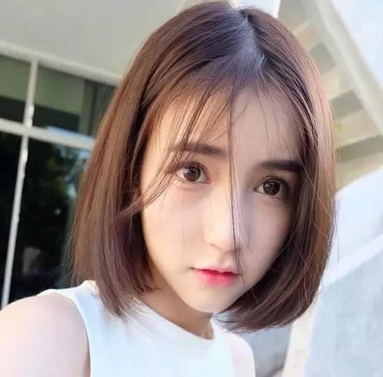 中分短发是现在流行短发的主流,深棕色发色加上发卷烫发设计,可爱又