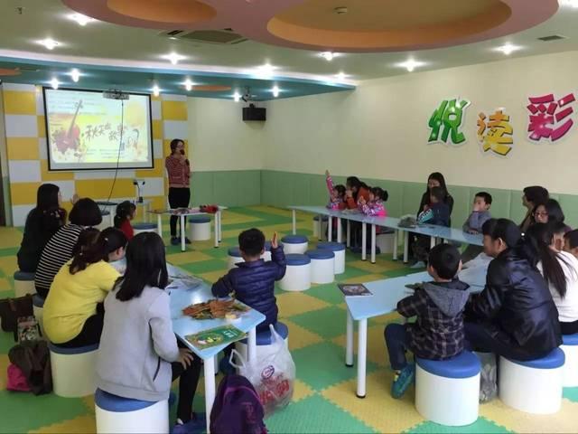 志愿者带来了凯迪克大奖得主艺术绘本《叶子先生》,和小朋友们一起图片