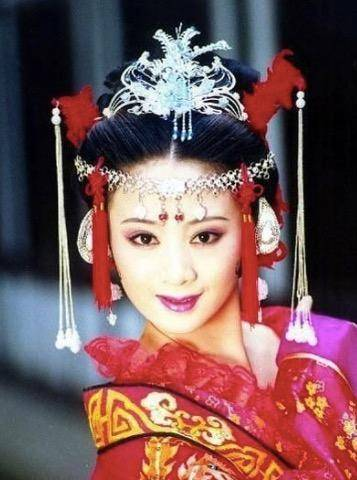 谢娜演的电视剧_2001年,与黄奕,聂远主演电视剧《上错花轿嫁对郎》,在剧中饰演杜冰雁