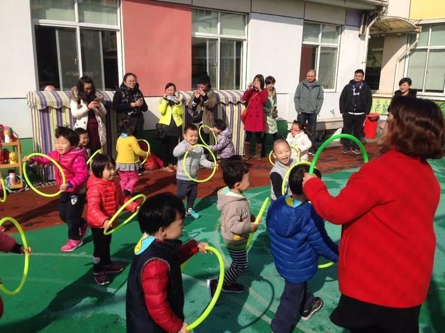 小班小盆友的快乐圆圈操 教师们以早操律动、教学展示、区域游戏、户外自主游戏等丰富多彩的活动形式,向家长展示了幼儿在园的学习生活状况。活动中,教师们注重以问题情境化的形式吸引幼儿,让孩子们在游戏中探索、合作、学习。活动寓教于乐,充分体现了孩子的主体参与性。同时把尊重、相信孩子、充分给予孩子操作探索的机会等宝贵经验和教育观念传递给了家长。