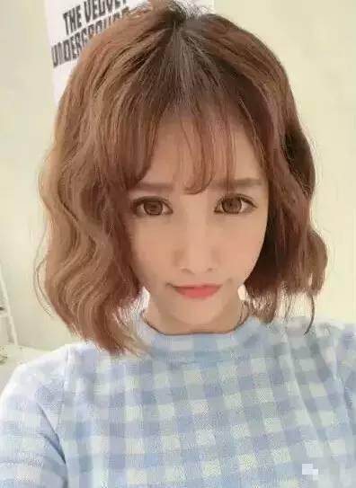 空气刘海非常适合短发造型,大蝴蝶结发箍减龄可爱,似邻家少女清新