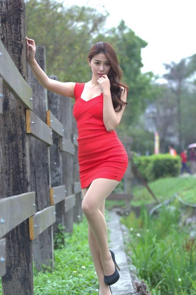 红衣裙户外写真美女,优雅气质.