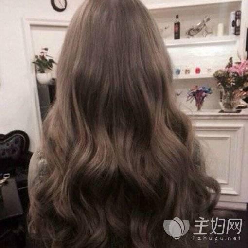 韩式水波纹烫发发型一直是长发妹纸的最爱,一头及腰长发中段开始进行图片