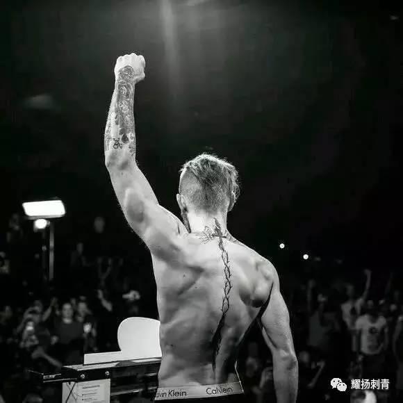 ▼ 拳击巨星康纳, 脊椎上也有一条荆棘般的刺青, 代表着他在比赛道路