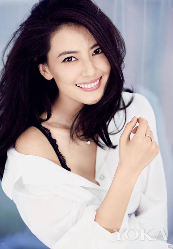 汤唯  汤唯:SK-II中国代言人 2007年在导演李安执导的电影《色戒》中饰演女主角,汤唯因此成名。但后来遭到封杀,此后,汤唯去英国留学,学习了舞台剧和英文。  在采访中,汤唯表示自己的美肌秘诀是素颜。在不需要工作的场合,她几乎都是素颜的,这样才能减少肌肤负担,获得更多的放松与休息。  孙俪  孙俪:欧珀莱代言人 2004年,凭借电视剧《玉观音》中安心一角荣获第22届中国电视金鹰奖最具人气女演员奖,十年过去,孙俪已经是两个孩子的妈了,但是仍然保持着非常年轻的容貌。而且还认真练习瑜伽和普拉提,这对