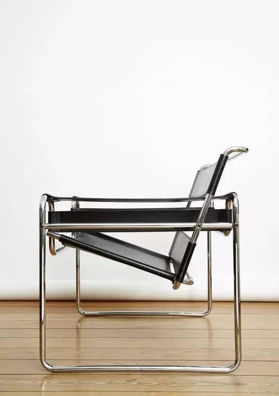 B3椅是瓦里希椅的改良和发展,这样的椅腿设计不会破坏地面。 NO3.子宫椅 Womb Chair,1946 设计师  埃罗沙里宁(Eero Saarinen)  除了夫妻档,父子兵的战斗力也是不可小觑。子承父业的设计师小沙里宁便设计出了这款看起来就十分温暖舒适,如同母亲怀抱的子宫椅。