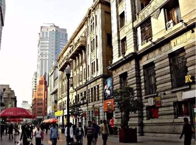 楚天第一街 江汉路位于武汉汉口中心地带,南起沿江大道,贯通中山大道图片