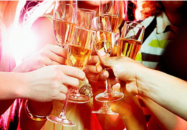 聚餐菜单显示,5桌师生18瓶酒:白酒13瓶,黄酒5瓶.