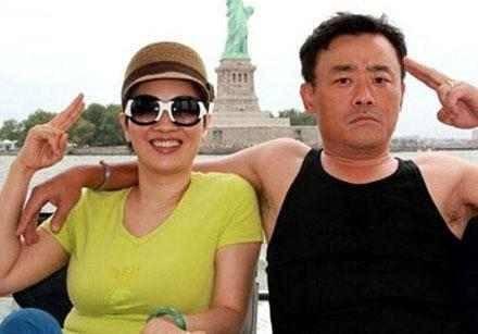 周立波被妻子保释满脸微笑,其妻子背景有多强大?