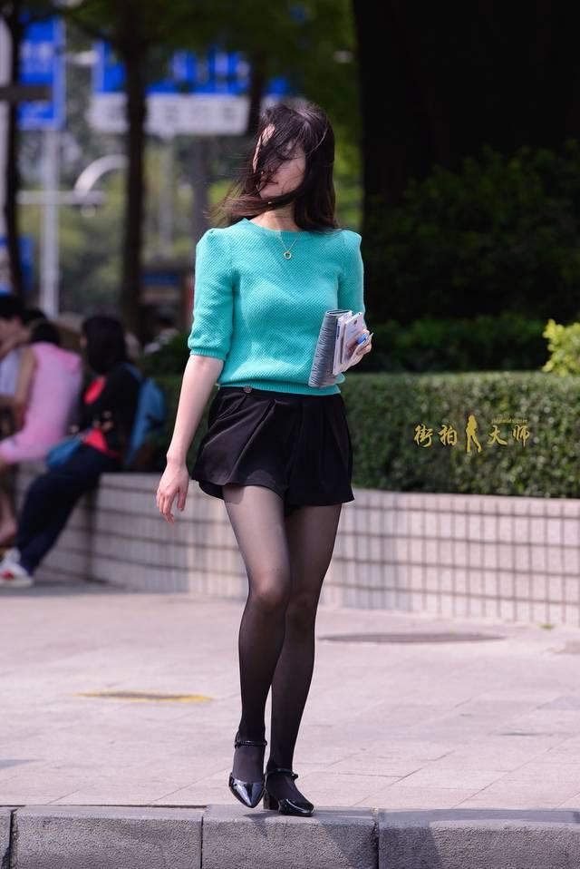 黑丝美女被颜射_街拍黑丝美女搭配黑色小短裙小高跟挡不住你的美