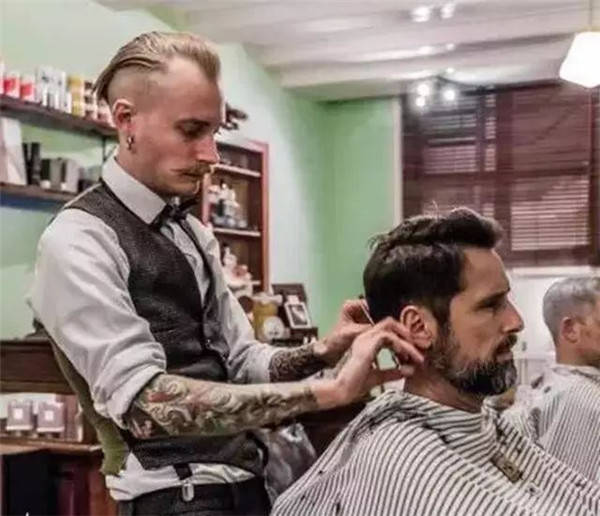 有许多人会选择纹一些 和职业兴趣有关的纹身 比如理发师的剪刀 纹身