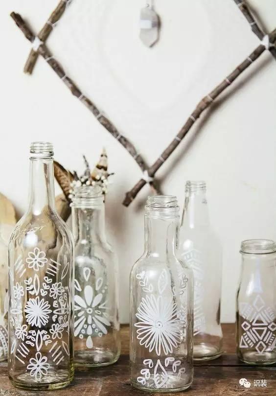 几只同样的玻璃管排列在墙上做花瓶,有点太小清新了.图片