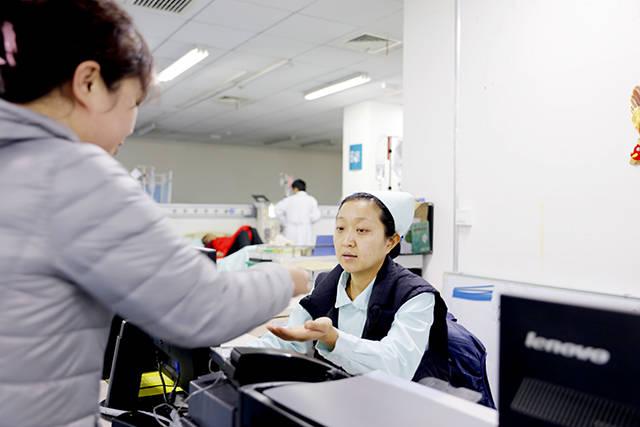 1月27日农历腊月三十,航空总医院血液净化室护士王娜与宋鑫蕊凌晨3