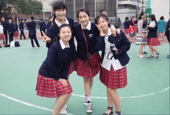 在毕业期间关晓彤可谓是所有童星中受关注度最高的,和同学们的合照也图片
