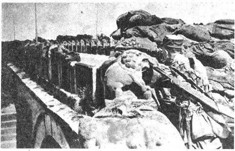 1937年7月7日,二十九军宋哲元部士兵在卢沟桥奋勇抵抗日军侵略.