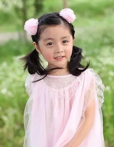 但小女孩的发型,编刘海还是不够的,如何将编刘海的辫子做的漂亮又时尚