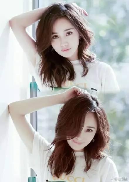 上图是宋茜中长发直发的照片 下图是长发大波浪卷的照片 但共同点都图片