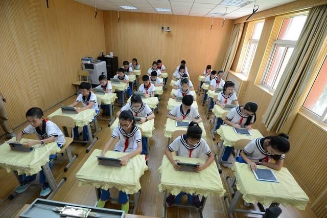 """枣山小学同学在利用平板电脑观察""""一对一数字化学习作文下分层环境小学生教学学习300字图片"""