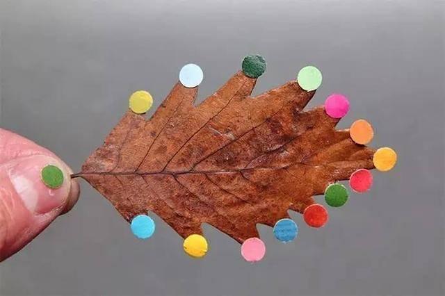 春雨绵绵,微风习习,落叶飞 一地的叶子虽比不上秋天,但也别有一番风采 Yoyo今天准备了一些叶子手工玩法,踏春之时不妨试试看 树叶打孔 打孔器在我们平常的手工中常常用 除了用在各种纸上,树叶也很合适  树叶粘贴画 叶子涂上颜色直接印在画纸上