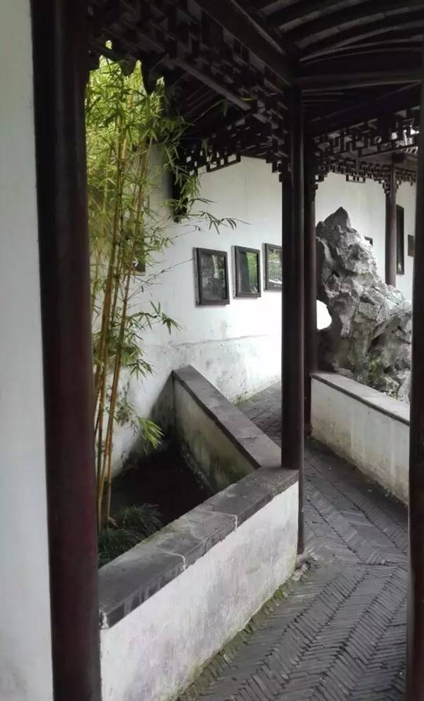 月上回廊新月如钩_《虞美人·银床淅沥青梧老》 记得同烧此夜香,人在回廊,月在回廊.