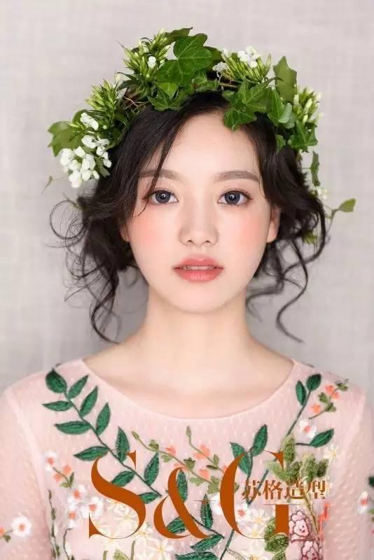 花环式新娘造型几乎是百搭,浪漫抽丝感的盘发or披发都能搭出森系的美图片
