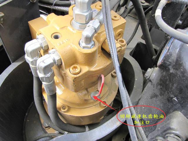 轮式挖掘机为例,在整机齿轮油保养上做下介绍: 一,变速箱和上传动箱图片