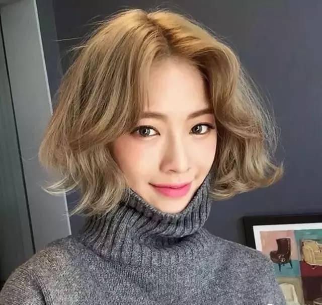 系的短发,很适合亚洲妹子的肤色,发尾向内卷,搭八字空气刘海甜美俏皮图片