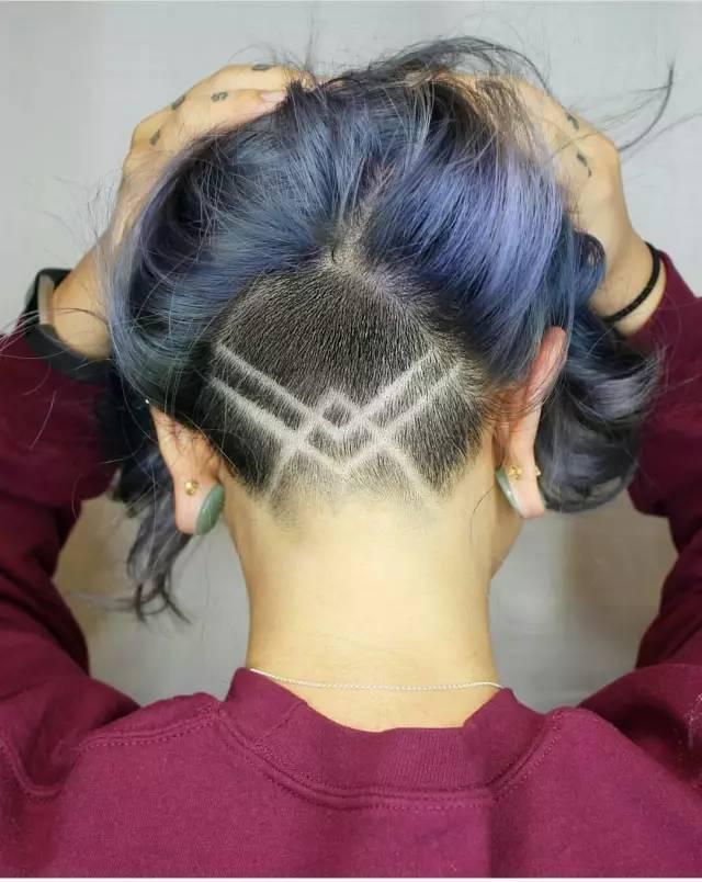 女生剪刻痕发型