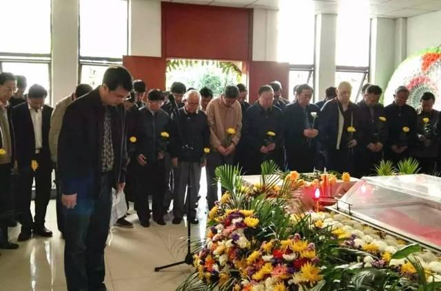 参加追悼会的每个人手拿一只代表纪念的黄菊花,向唐宁的遗体告别