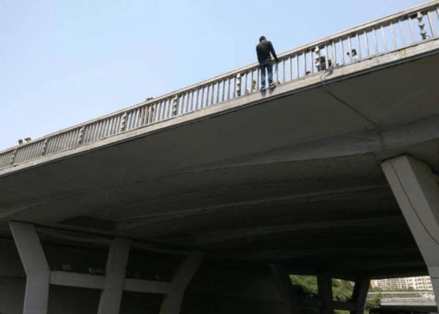 西三环六里桥有一男子要跳桥自杀,道路已经堵死了
