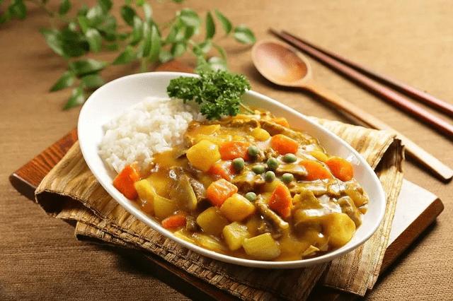 米饭 印度菜以药材和香料相结合,用咖喱制作出美味的米饭,汤汁浓郁且
