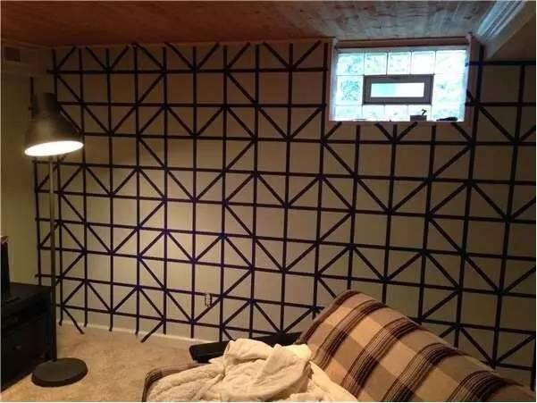 """有网友就提出用卷""""胶带""""创造出一面具有几何元素和立体感的设计感美墙图片"""