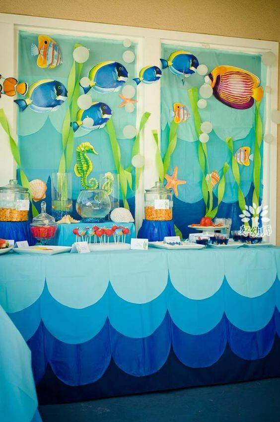炎炎夏日,你是不是在等待一股清凉的海风呢?你想不想用蔚蓝色的清爽来让你的教室焕然一新呢?星儿老师早已为你准备好了海洋主题环创主题墙、吊饰、门口布置、手工一应俱全,让清爽入驻你的教室。 一、海洋主题墙 运用深蓝色、浅蓝色的背景,以及各种鱼儿、海龟、珊瑚、海藻等海洋生物,打造海底世界般的主题墙,给教室带来海洋的清凉感,炎炎夏日,这样的主题墙一定会让你清凉一夏~