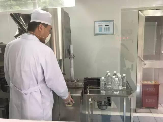 们参观净水制取车间,图中的瓶子里灌装的正是以污水净化后的纯净
