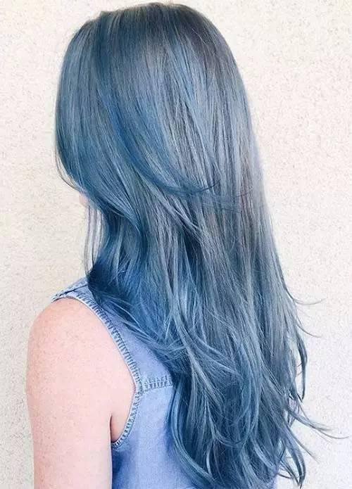 蓝色头发营造出一种烟雾缭绕的感觉,自带大片效果呢.