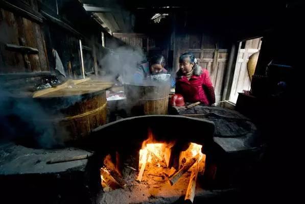 总是要在灶头前帮忙添柴火 热腾腾的蒸汽 从锅盖边缘冒出 满厨房都是图片
