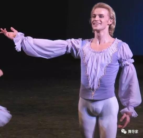 芭蕾舞男性演员的紧身芭裤,浅色修身,往往使男舞者的身体纤毫毕现,在